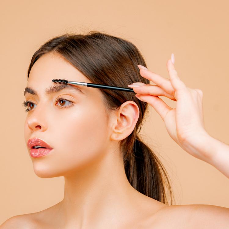 ニュアンスカラーの「眉マスカラ」で大人の抜け感を演出。トレンド眉毛の作り方