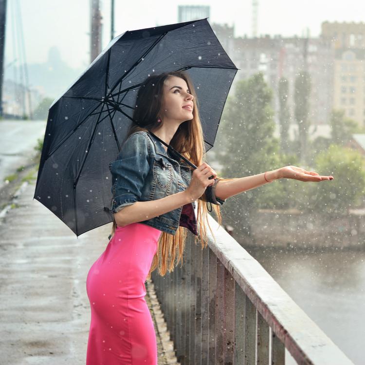 雨の日でもキレイでいたい!湿気を乗り切るヘアケアのポイント