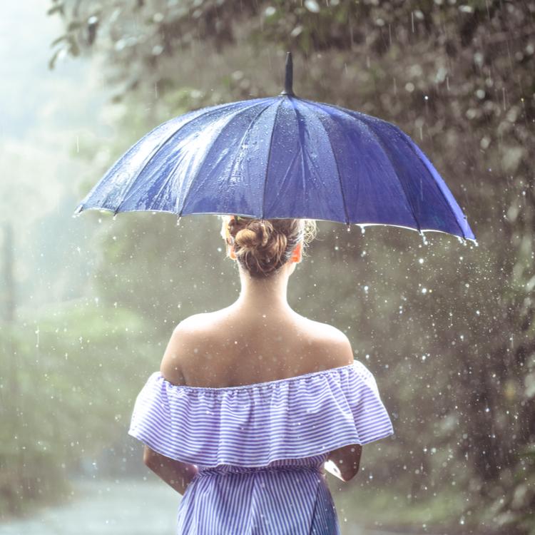 梅雨はなんで髪がまとまらないの?その原因と湿気に負けないヘアケア方法